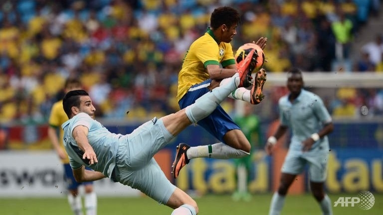 Brazil's forward Neymar (C) vies with France's defender Adil Rami (L) during the Brazil vs France friendly football match  in Porto Alegre, Brazil, June 9, 2013. Brazil won 3-0. (AFP/Franck Fife)