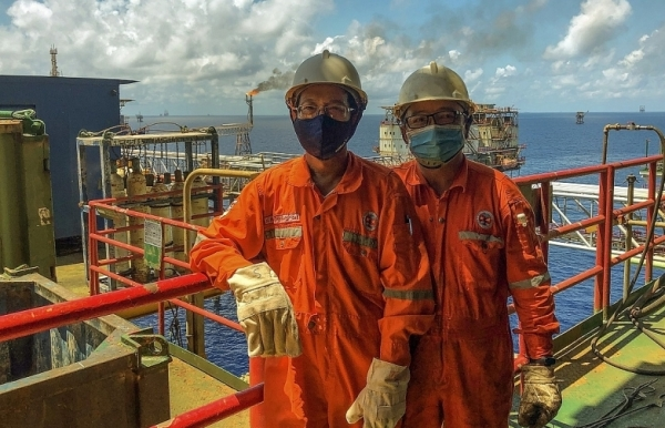 petrovietnam workers put in maximum effort to overcome oil price fall and covid 19