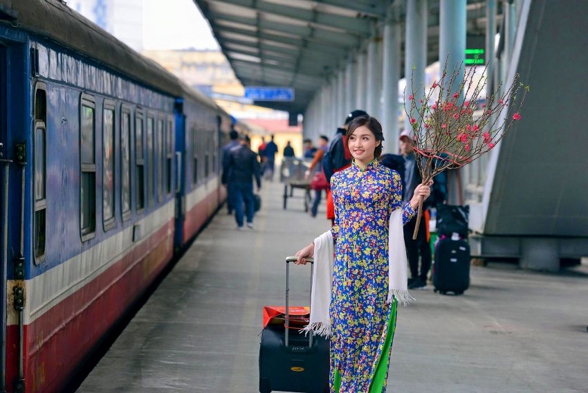 vietnamese people journey home for the eve of lunar new year
