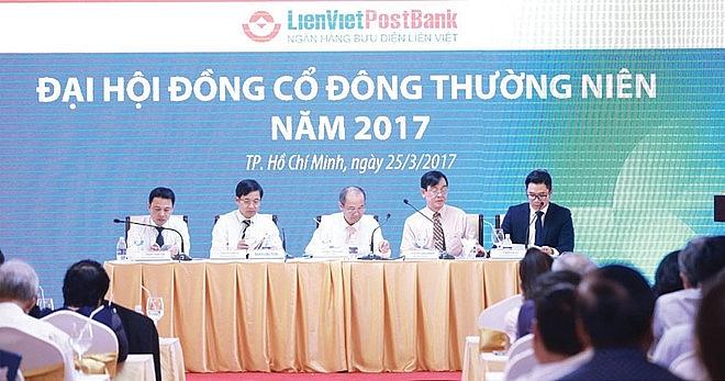 bank execs income in spotlight