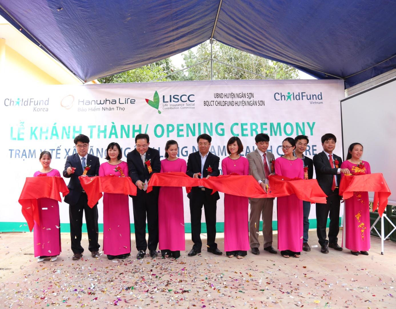 hanwha life vietnam donates medical centre to bac kan province