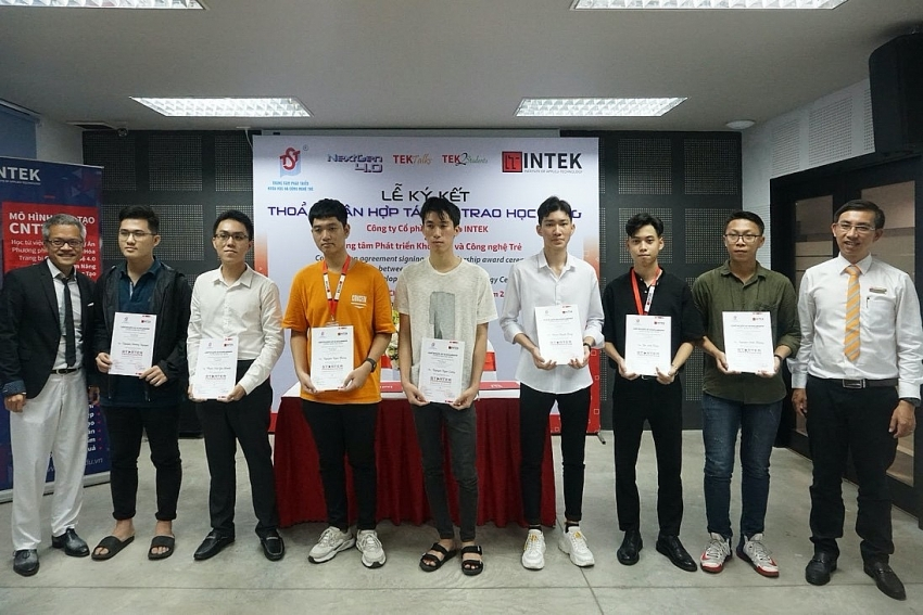 intek and tst award 50 scholarships for it students