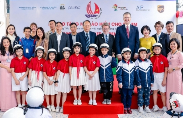 aip foundation donates helmets to students and teachers of binh minh primary school