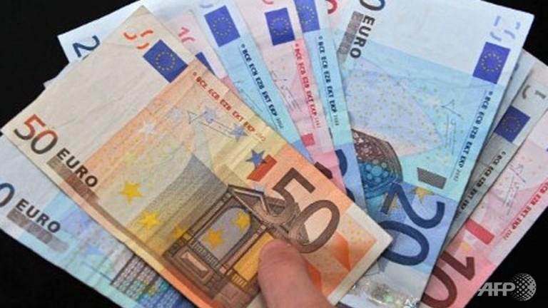 Dollar slips vs. euro amid taper talk