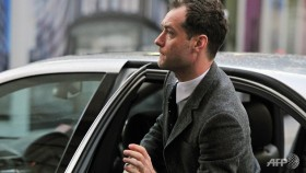 jude law takes stand in british phone hacking trial