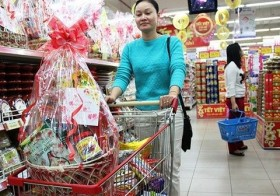 Customers line up for Tet hampers