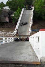 Six injured after bridge collapses in Ca Mau