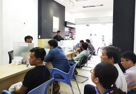 vietnamese consumers complain about apples battery replacement policy