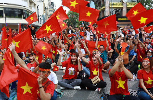 Vietnamese football fan gather in front of the final match on Nguyen Hue walking street in Saigon. Photo by VnExpress/Thanh Nguyen