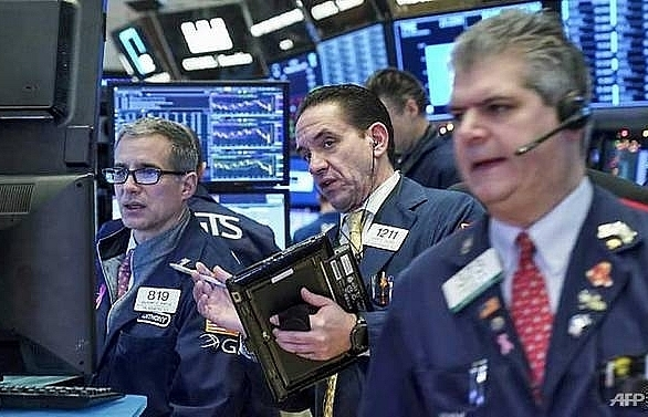 oil shares close higher boosting us stocks