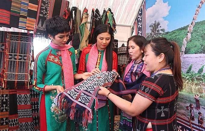 festival displays cultural value of brocade