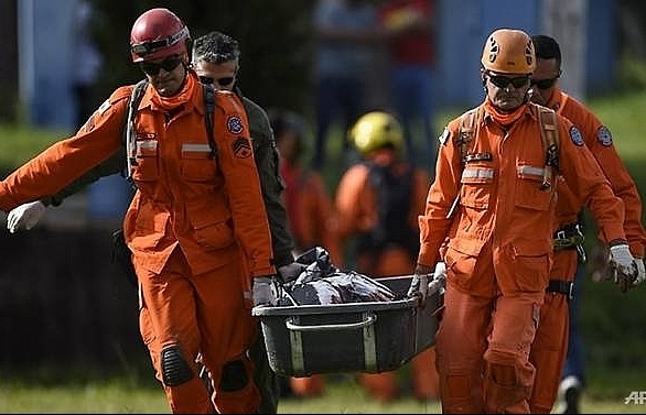 brazil dam disaster leaves 34 dead hundreds missing
