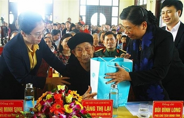 na vice chairwoman presents tet gifts to nghe an people
