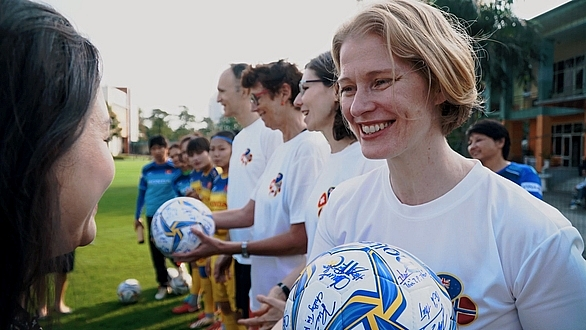 ambassadors send tet greetings gender equality messages with female footballers
