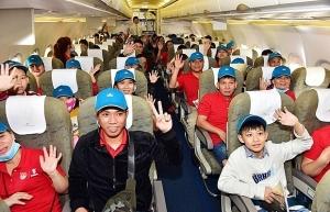 vietnam airlines flies outstanding workers home for tet