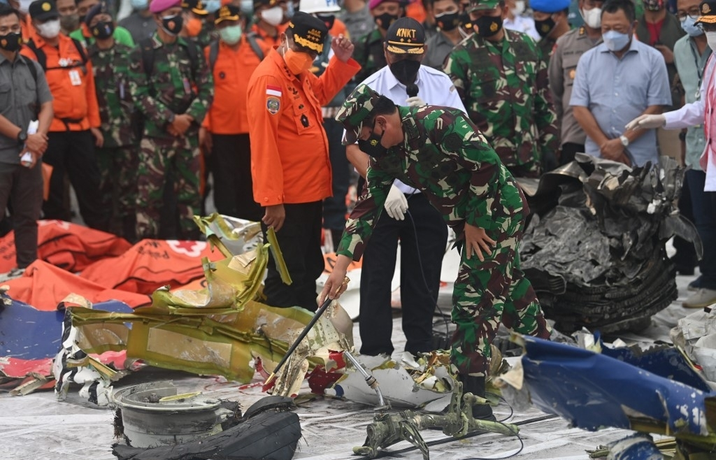 indonesia divers search for crashed planes second black box
