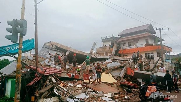 at least seven killed in earthquake on indonesias sulawesi island