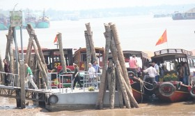 Thousands flock to Vietnam's Mekong Delta