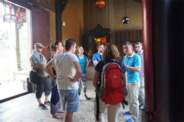 Unique sights: Foreign tourists visit Thien Hau Temple in HCM City's District 5. - VNS Photo Thu Hang