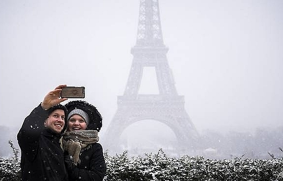 snow shuts eiffel tower as winter blast hits france