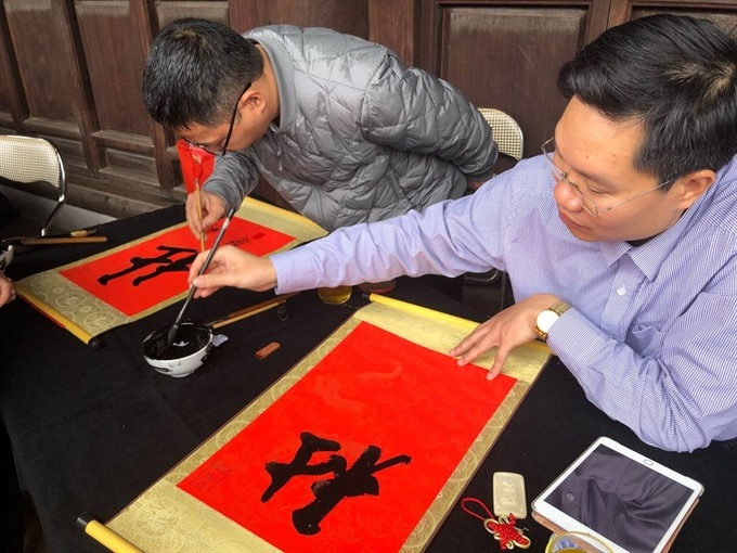 flocking to literature temple for calligraphic works