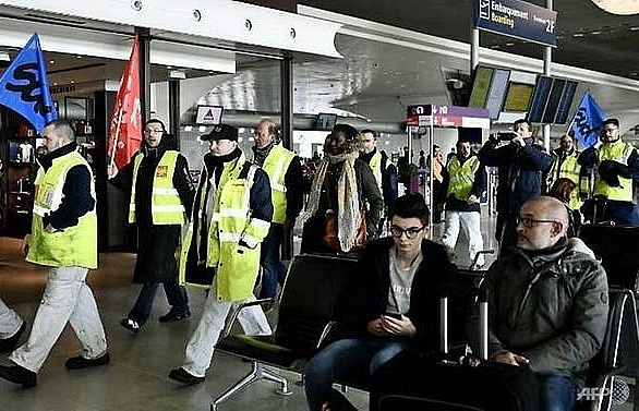 air france pilots and stewards strike for pay rise
