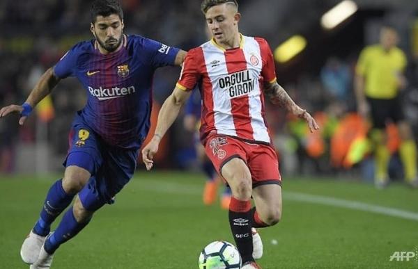 suarez hat trick extends six goal barcas la liga lead