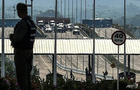 venezuelans send out sos signal from colombian border