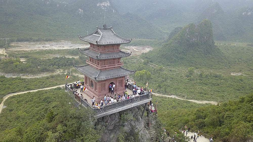 crowds rush to pagoda which is still under construction