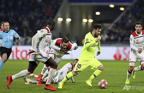 barcelona draw blank as champions league stalemate gives lyon hope