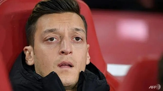 two men threatened to kill arsenals ozil says security guard