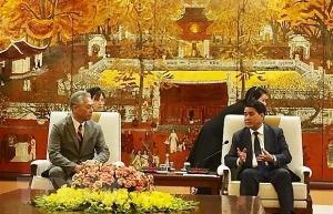 hanoi leader pledges best conditions for japans uniqlo