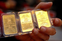 gold slightly rises on global record