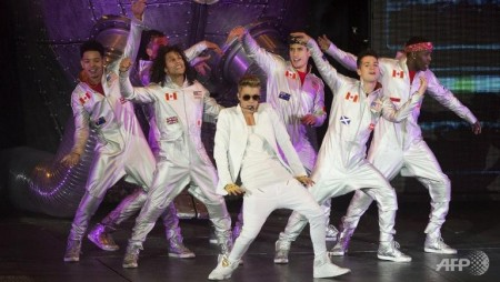 Justin Bieber collapses on stage