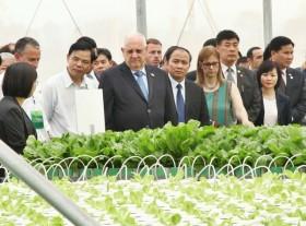 Israeli President tours high-tech greenhouse
