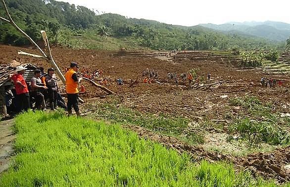 indonesia calls off deadly landslide search 18 believed dead