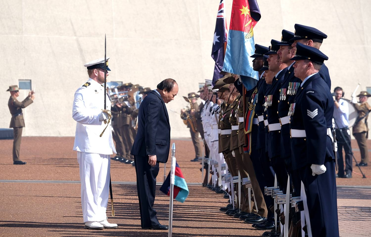pm phuc greeted by australian counterpart with a 19 gun salute