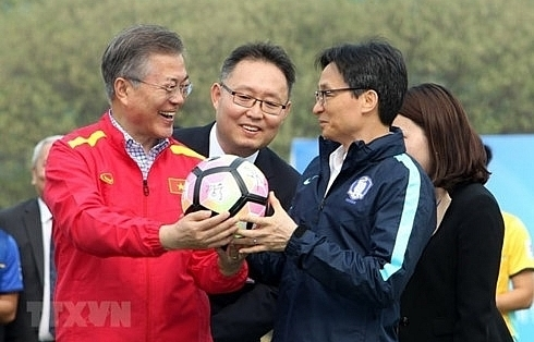 rok president moon meets vietnams u23 football team