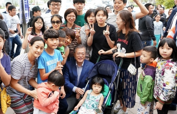 rok president and his wife enjoy hanoi noodle soup