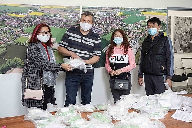 vietnamese peoples charity works show solidarity with czech amid covid 19