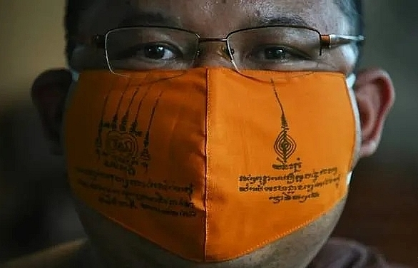 thai monks make covid 19 masks from recycled plastic