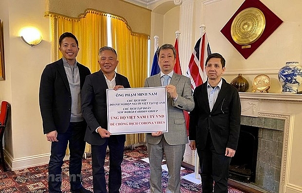 overseas vietnamese national in uk presents aid to covid 19 fight