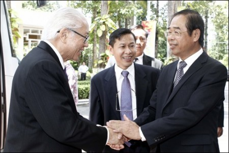 singaporean president visits binh duong