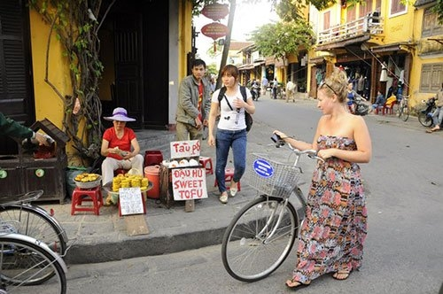 Street food experience in Hoi An