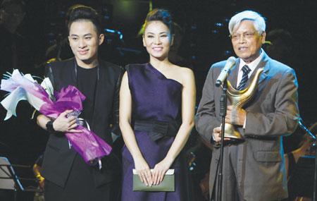 Và người chiến thắng là: Chiếc Khan Pieu Composer Doãn Nho đã giành Song of the Year tại lễ trao giải đêm qua tại HCM City.