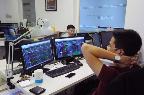 VN Index retreats on selling pressure Money Banking Investments Shares