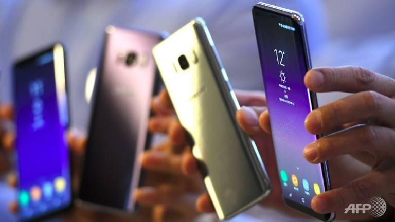 Samsung, Apple keep top spots in smartphone market