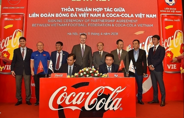 coca cola together with vietnamese football teams to conquer the golden dream