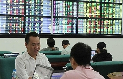 vn stocks fall on low market sentiment