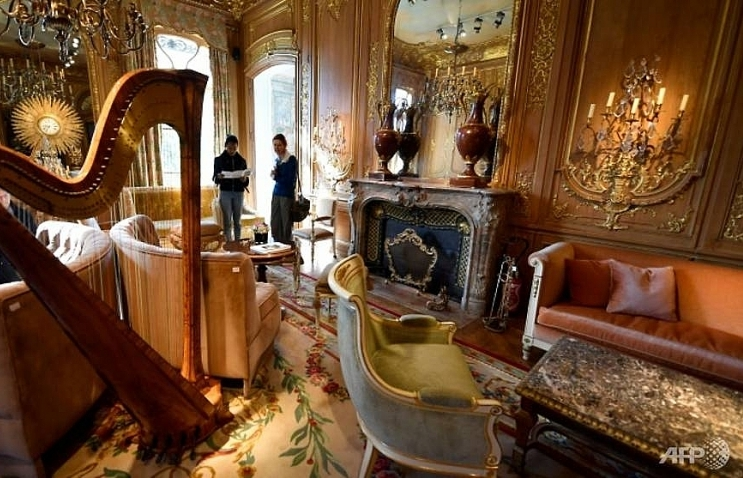frances ritz hotel smashes record with furniture sell off